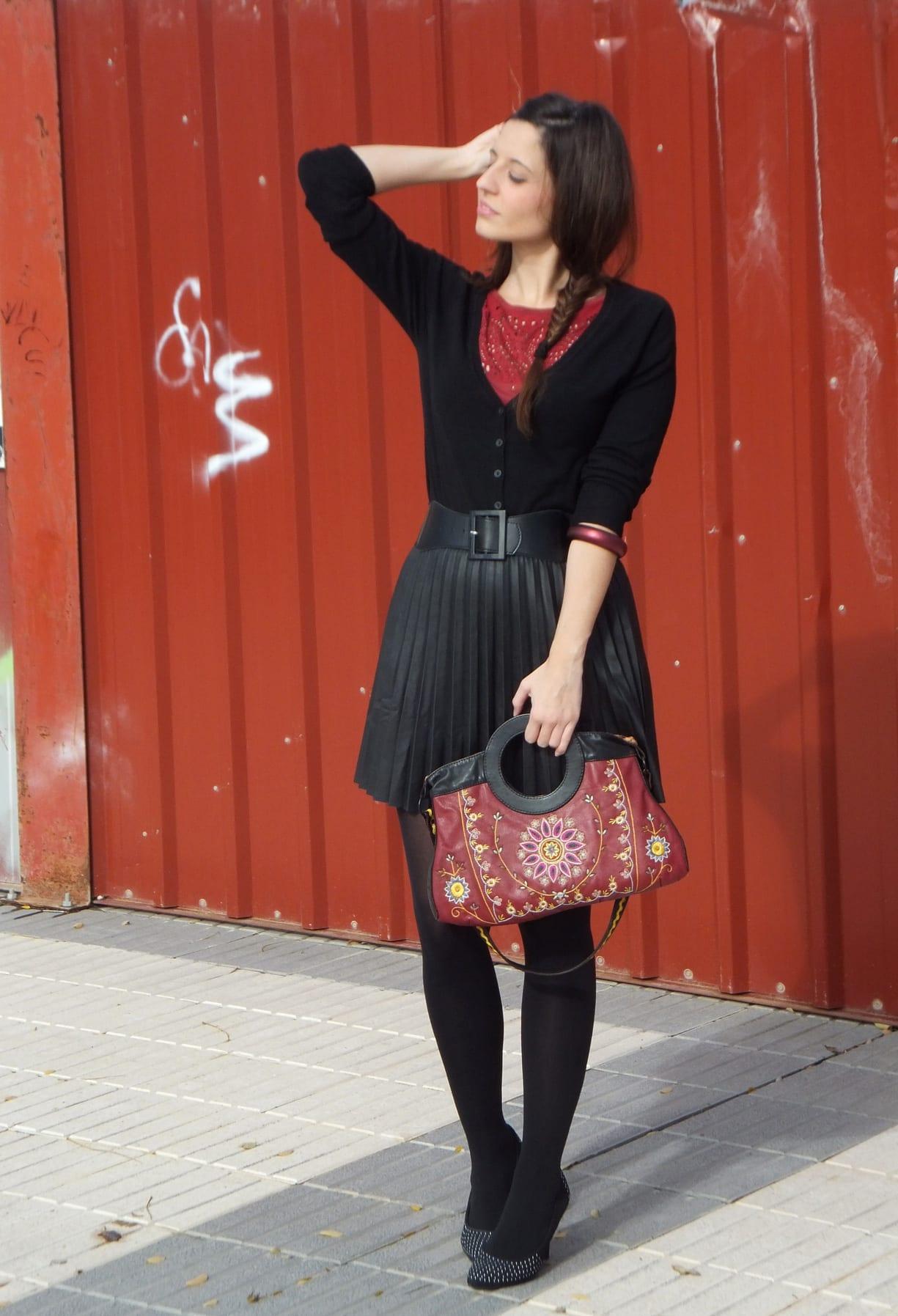 look con falda plisada negra