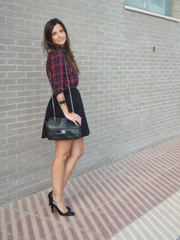 bloguera de moda con camisa de cuadros