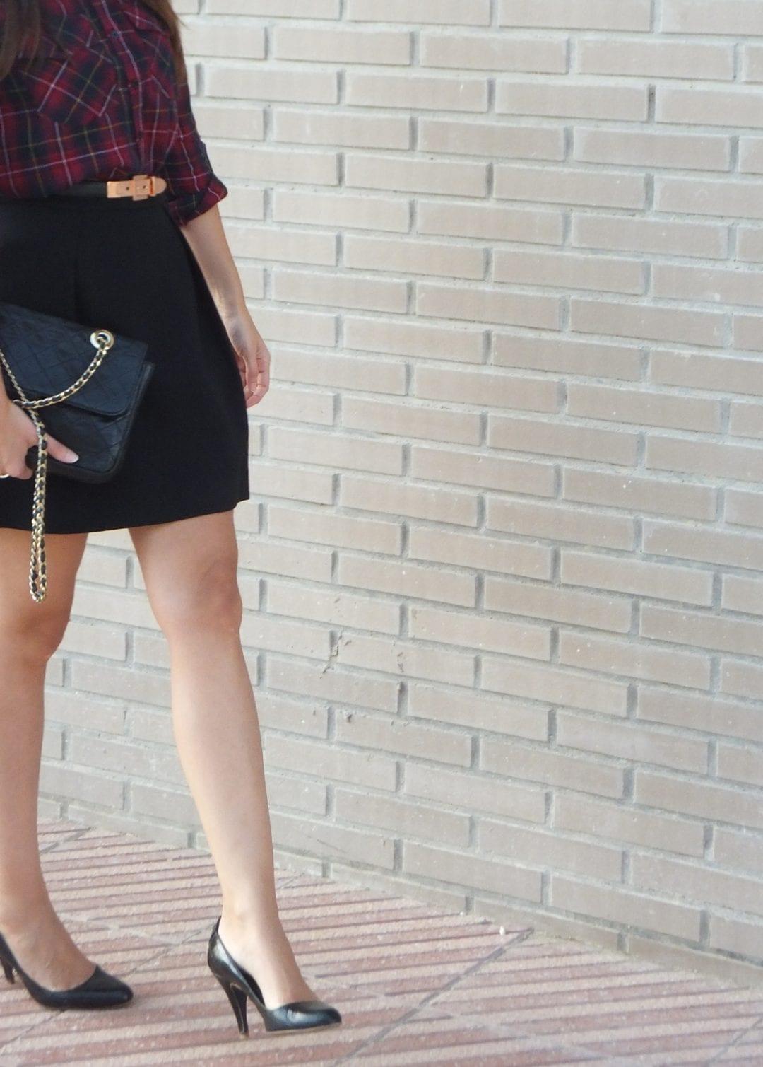 blogger de moda con camisa de cuadros