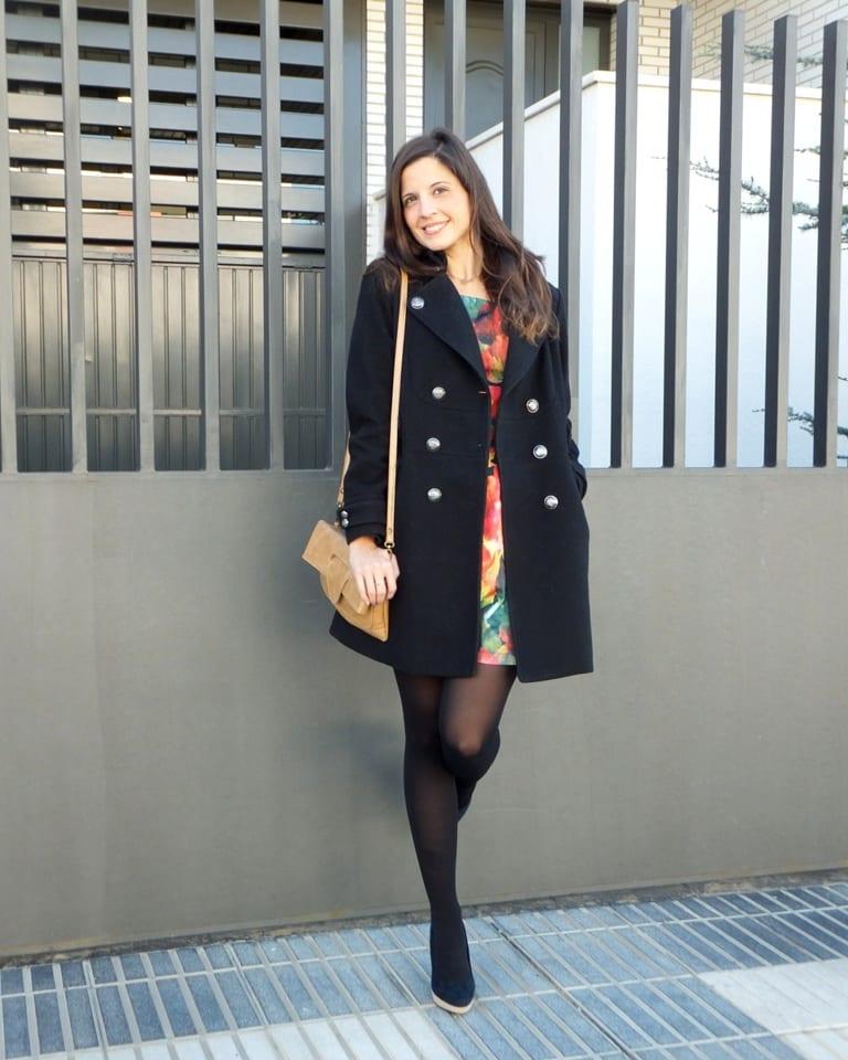 blogger de moda con vestido de flores