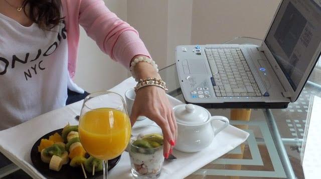 Zespri-kiwi-berakfast-desayunos-camiseta-de-mango-BONJOUR-NYC-chaqueta-rosa-blanco-suite-42