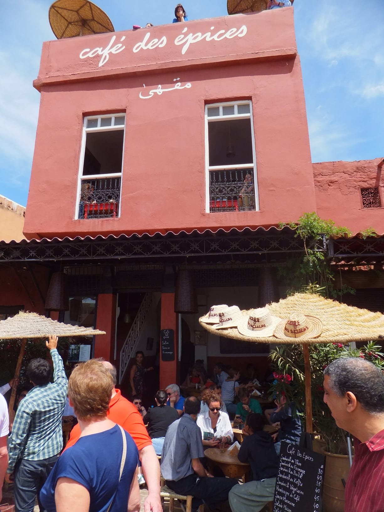 Y EL FAMOSO CAFÉ DES ÉPICES / And the FAMOUS Cafe Des Epices