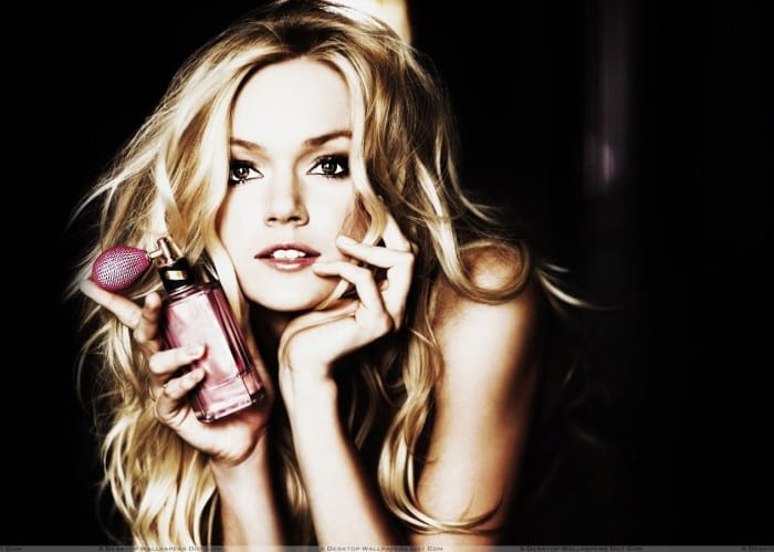 Lindsay-Ellingson-Looking-At-Camera-N-Perfume-In-Hand-Photoshoot