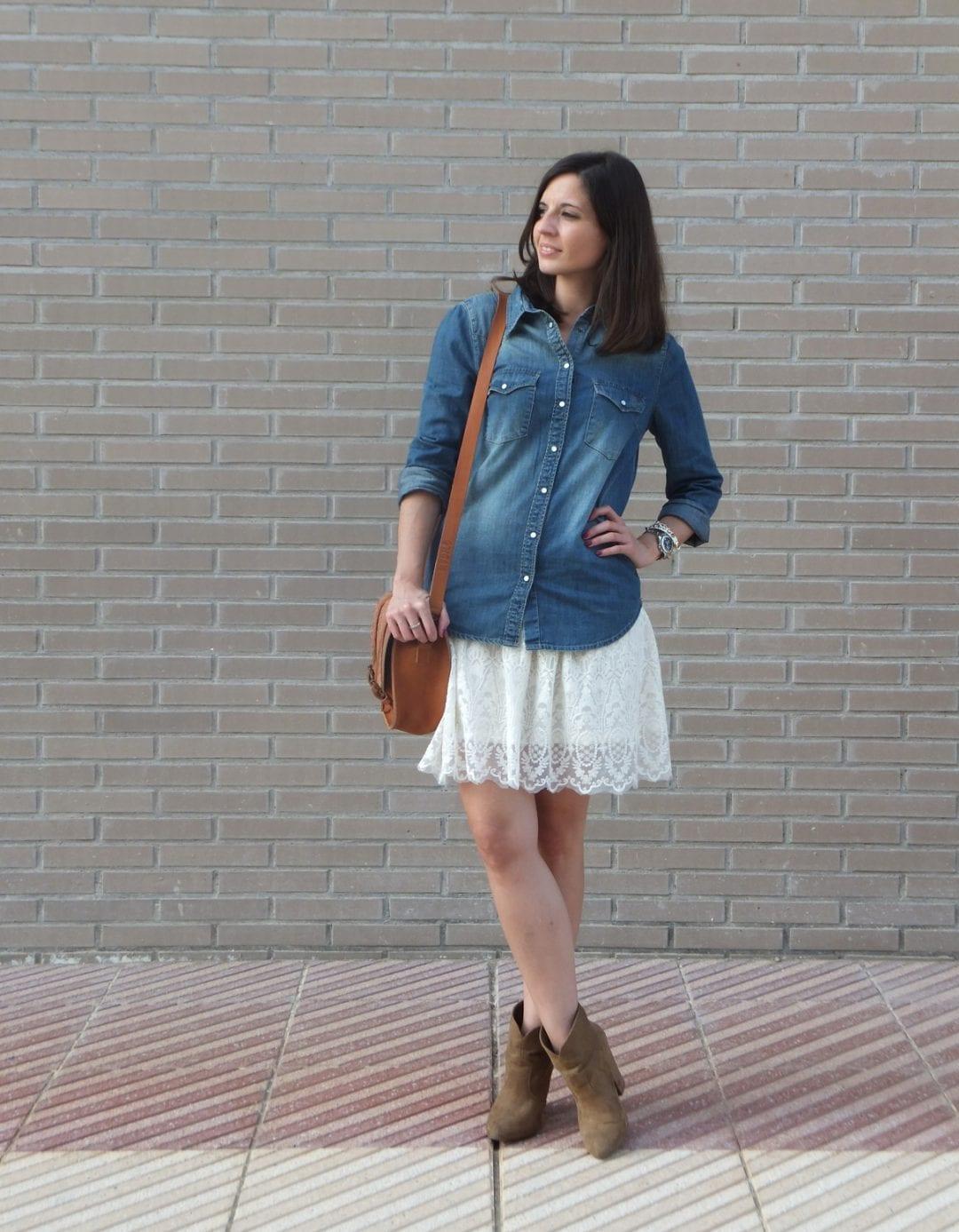blogger con camisa vaquera