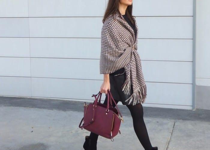 cómo-llevar-una-capa-manta-tipo-poncho-burgundy-con-cinturón-Parfois-bolso-granate-falda-de-cuero-negra-mango-23