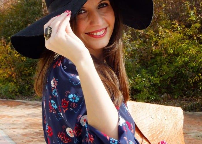 look-hippie-chic-con-vestido-largo-de-flores-pamela-y-botines-chaleco-de-pelo-11