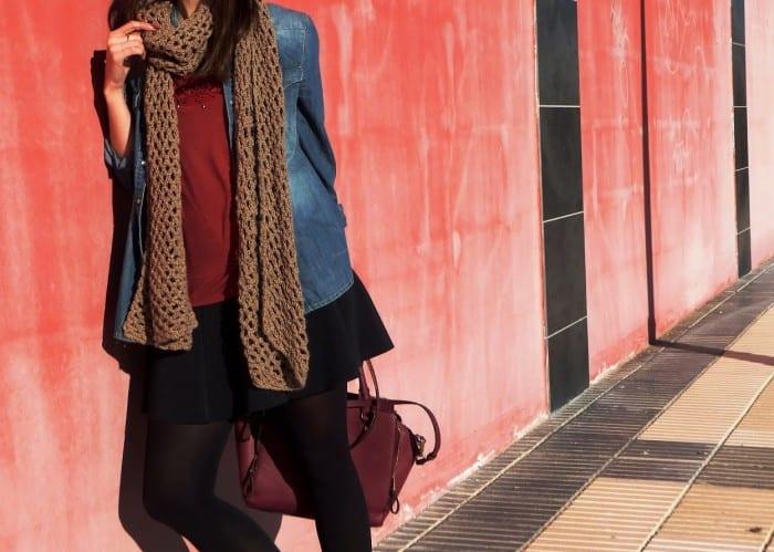 llevar-botas-planas-MTNG-MUSTANG-SHOES-look-con-botines-marrones-beanie-bobble-hat-bufanda-camisa-vaquera-falda-negra-burgundy-bag-39-copia2