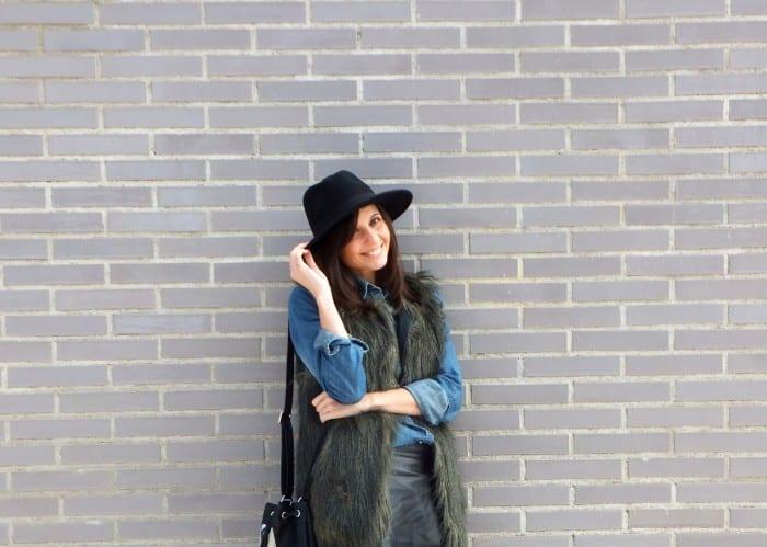 blog-de-moda-in-front-row-style-bolso-saco-botas-chelsea-sombrero-fedora-camisa-vaquera-denim-chaleco-pelo-suite-blanco-29764714-fashion-blog-chelsea-boots-fedora-hat-fur-vest-denim-