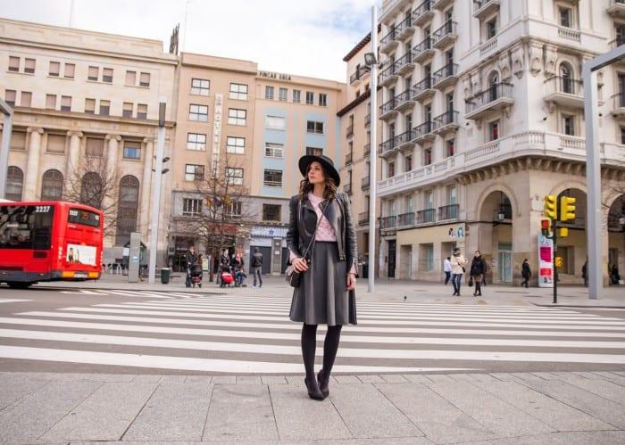 blog-de-moda-españa-look-jersey-rosa-suite-blanco-sombrero-fedora-cazadora-negra1