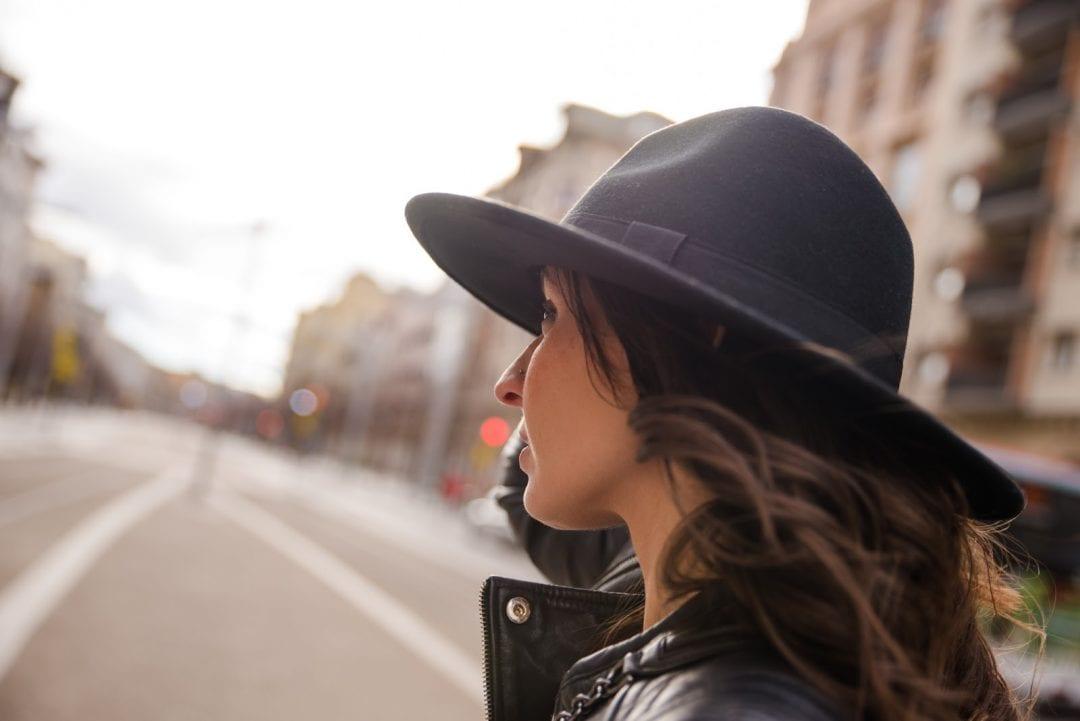 blogger de moda con sombreros de mujer