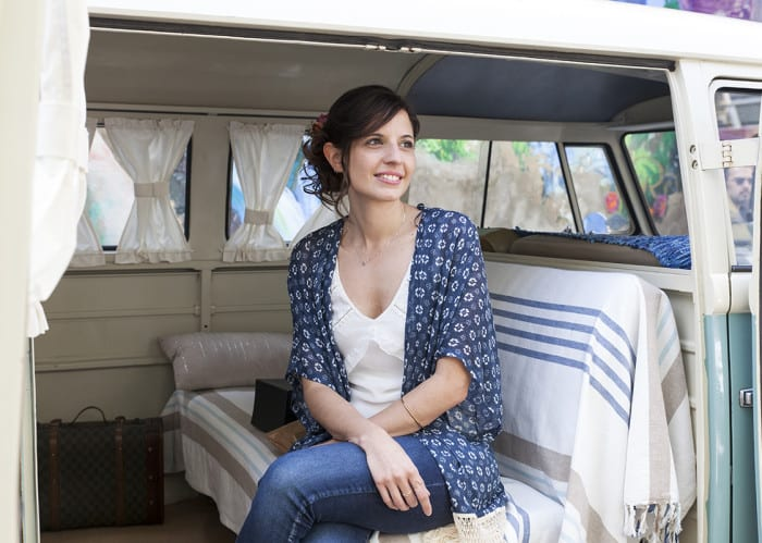 In-Front-Row-Style-cómo-llevar-chaqueta-kimono-furgoneta-vintage-eventos-diadema-flores-oliver-y-goretti-2