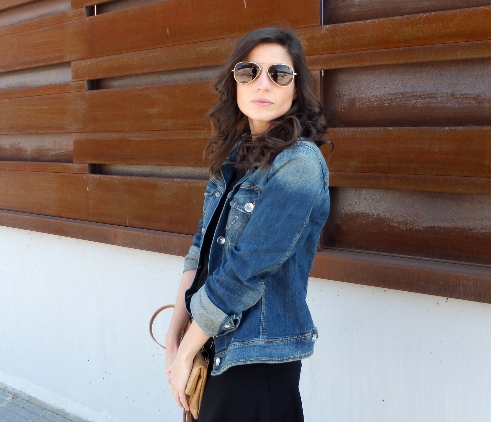 Vestido negro y chaqueta jean