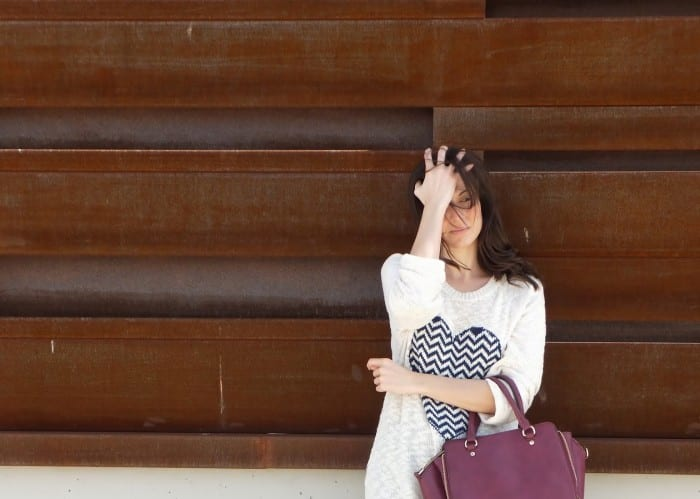 look-outfit-converse-falda-azul-marino-y-trench-camiseta-miss-calamidades-12