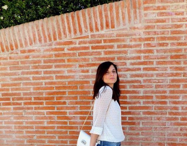 cómo-combinar-blusa-blanca-y-jeans-rotos-9