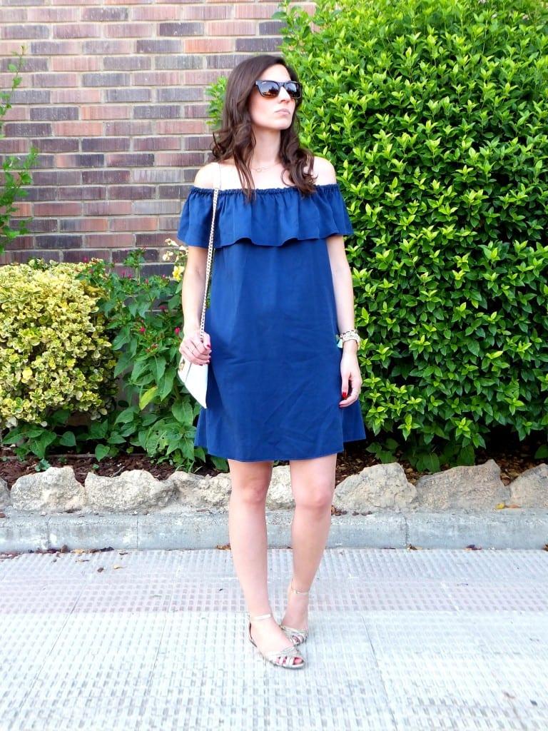 combinar vestido azul hombros descubiertos