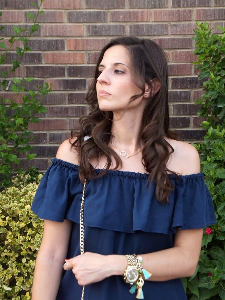 combinar vestido azul hombros descubiertos (31)