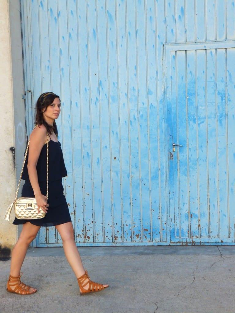 sandalias romanas y vestido azul marino