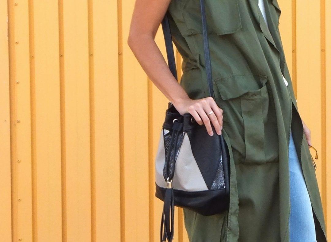 blogger de moda con chaleco verde oliva