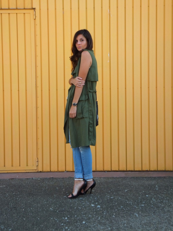 bloguera de moda con chaleco verde militar