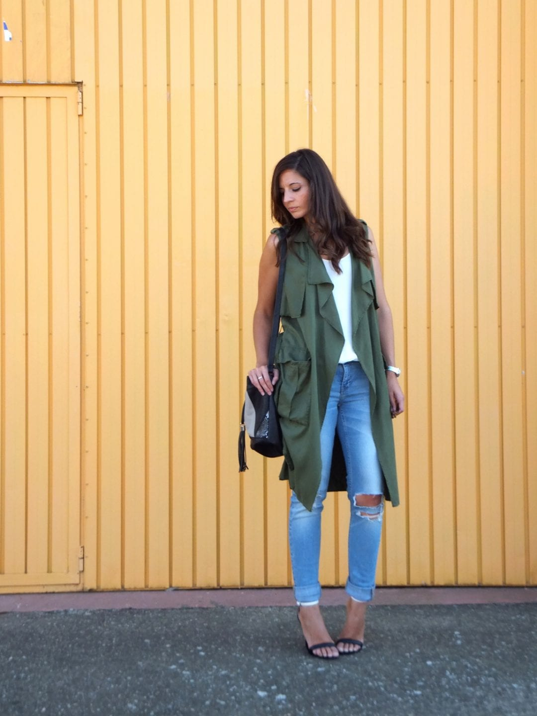 bloguera de moda con chaleco verde militar - fashion blogger