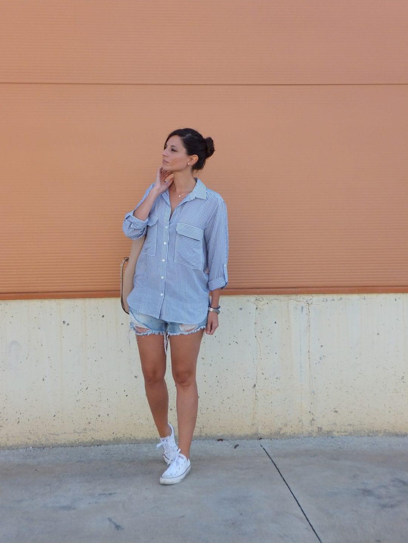 Vanessa Cano con look sport y camisa de rayas