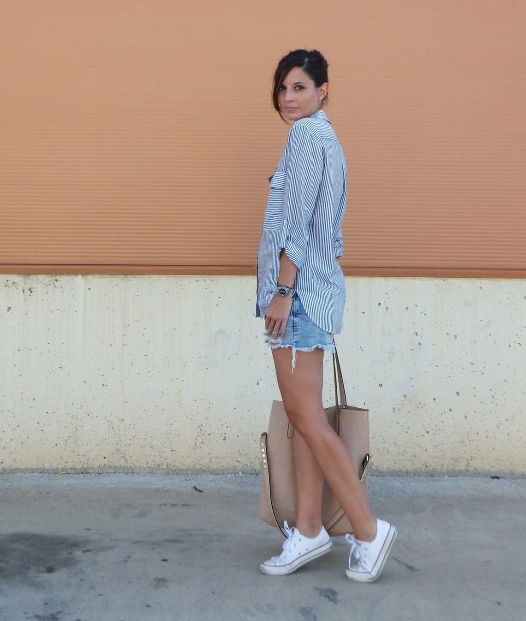 blogger de moda con look sport con camisa de rayas