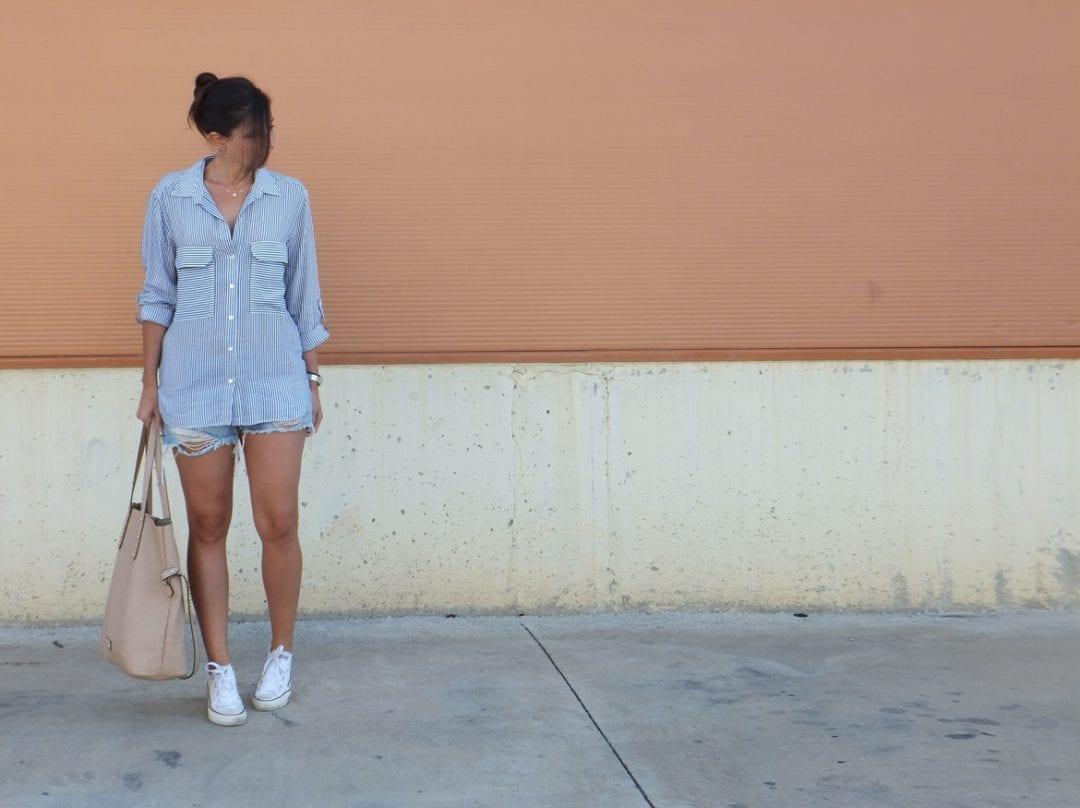 bloguera de moda con look sport y camisa de rayas (41)