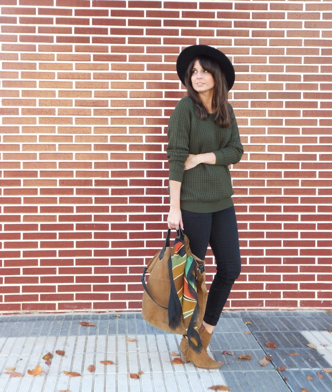 sombrero fedora y jersey verde militar (3)