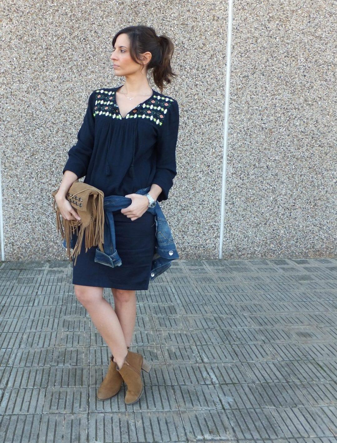 bloguera española falda azul marino Superdry y cazadora vaquera mujer
