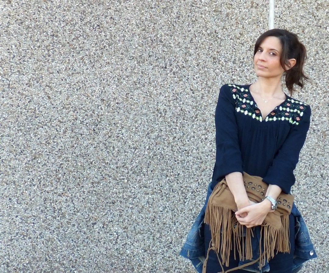 bloguera española con blusa azul marino