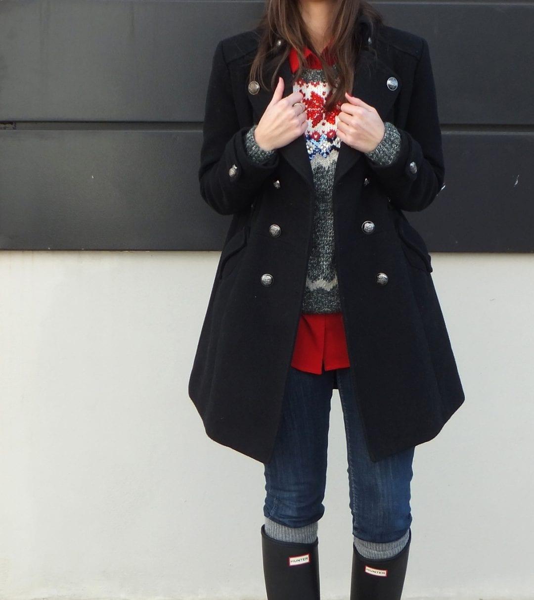 bloguera de moda con botas hunter y jersey navideño superdry