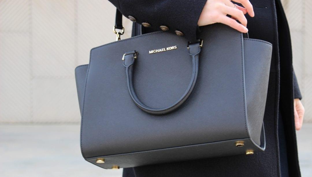 fashion blogger española con bolso michael kors negro