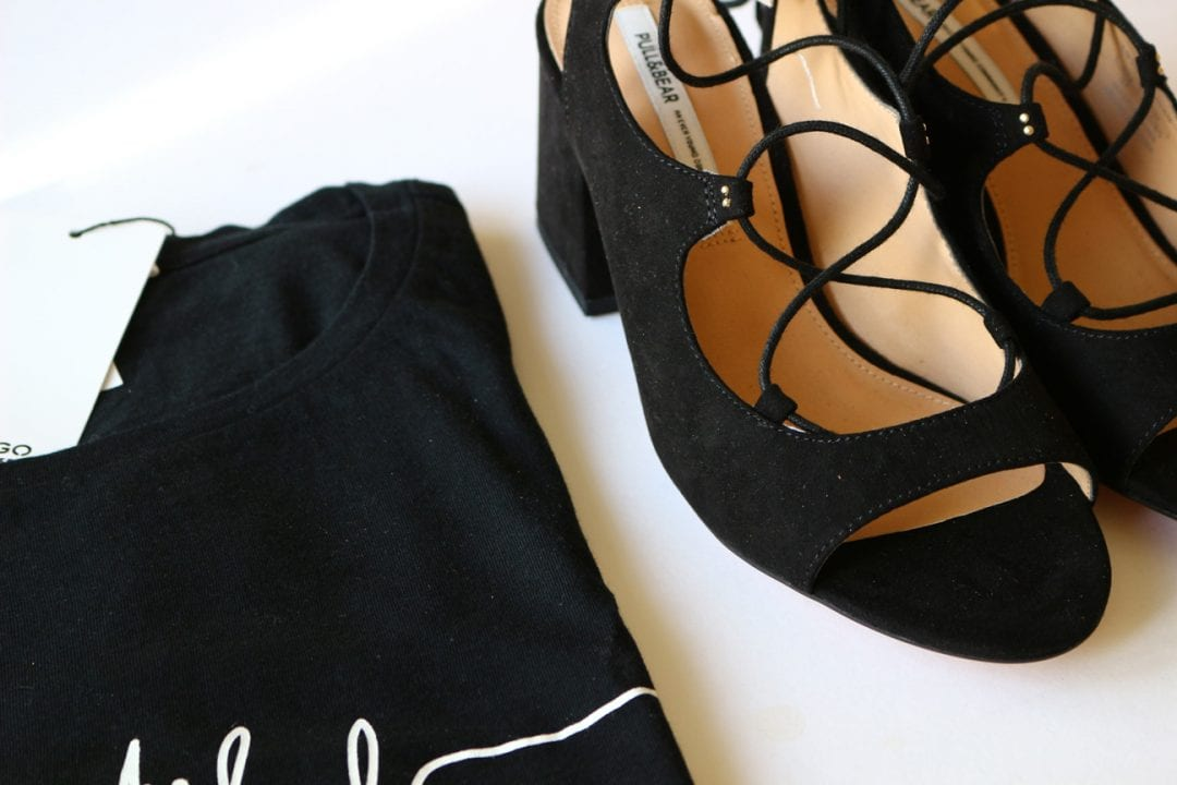 sandalias atadas Pull and bear y camiseta Mango