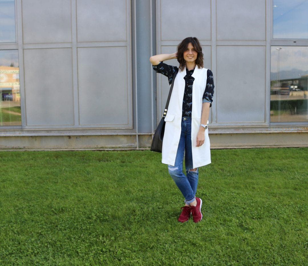clp shop - fashion blogger española - chaleco de mujer blanco largo - zapatillas New Balance - blusa-manga larga estampado cebra - jeans rotos - clp spain