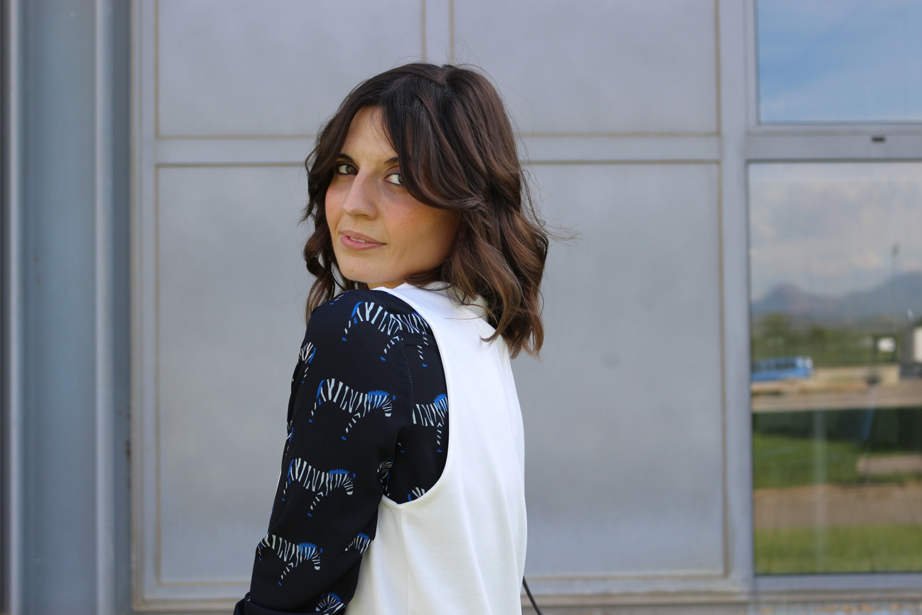 clp shop - fashion blogger española - chaleco de mujer blanco largo - zapatillas New Balance - blusa-manga larga estampado cebra - jeans rotos - clp spain