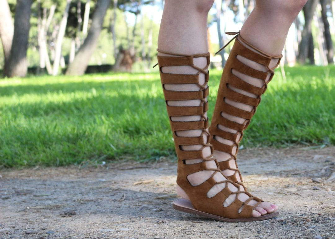 fashion bloggger con sandalias romanas y vestido vaquero