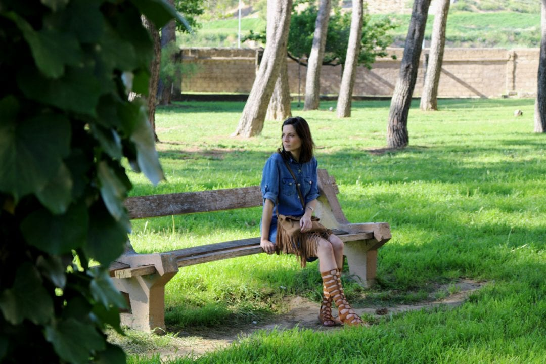 ashion bloggger con sandalias romanas y vestido vaquero