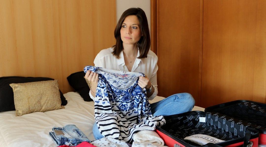 fashion blogger haciendo maleta o equipaje de mano