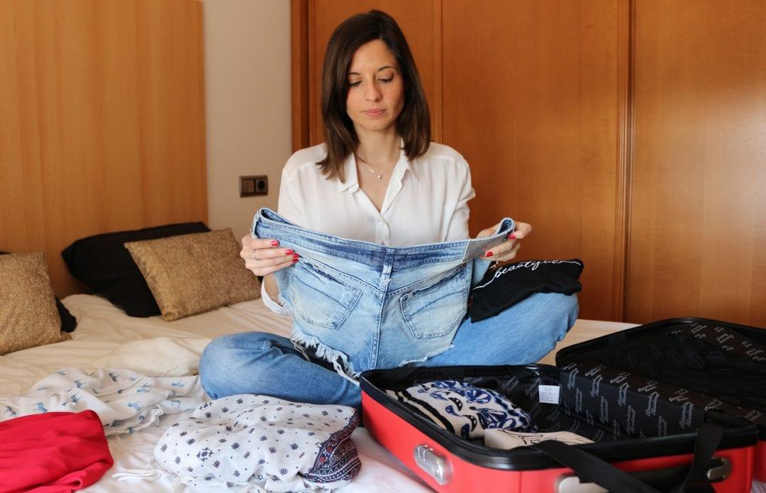 fashion blogger haciendo maletas o equipaje de mano
