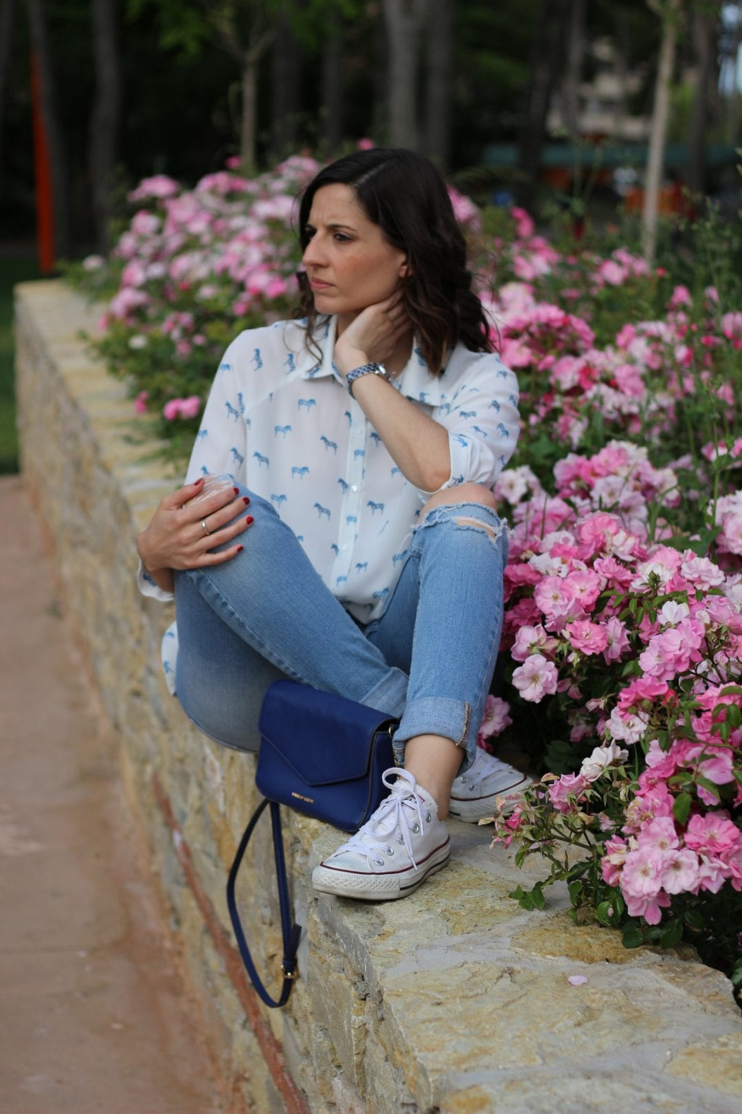 Look Casual Con Zapatillas Converse Y Blusa Estampada In