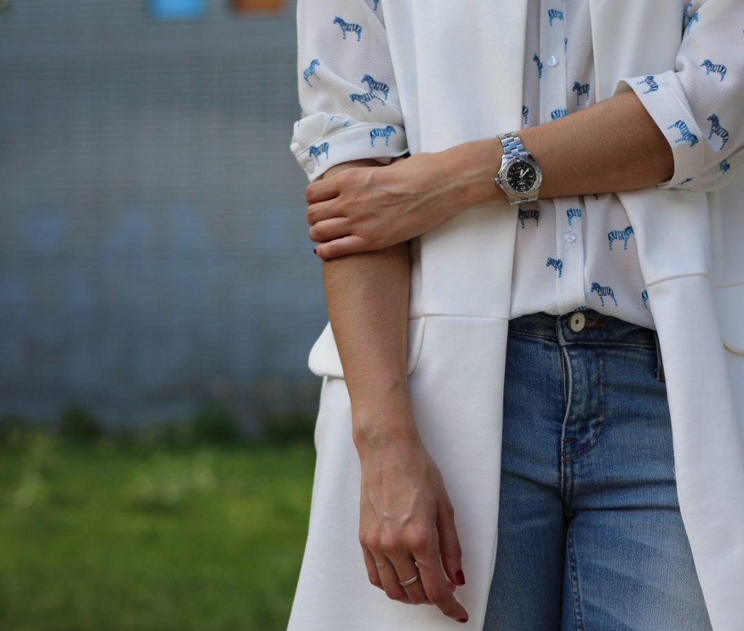 fashion blogger con look casual - chaleco blanco largo - jeans y blusa estampada