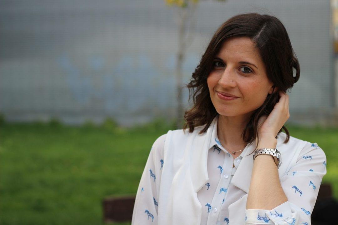 fashion blogger con look casual - chaleco blanco largo - jeans y blusa estampada