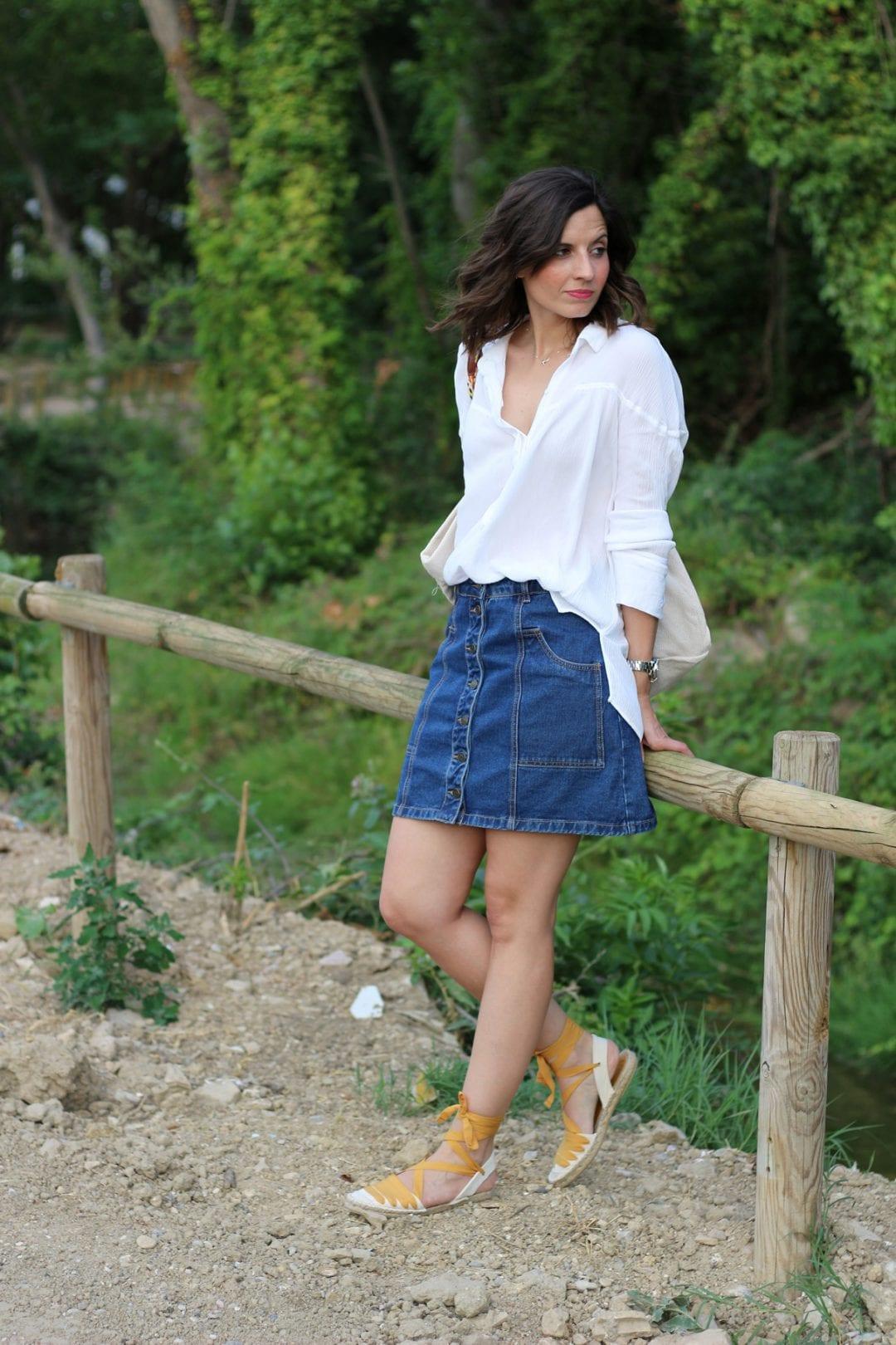 fashion blogger española con falda vaquera cintura alta y espardeñas - esparteñas- alpargatas lace up o espadrilles