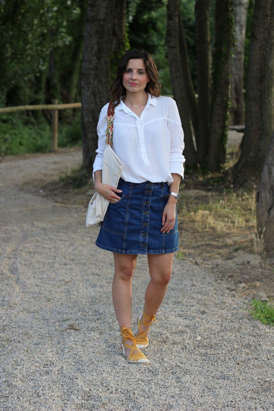 fashion blogger española con falda vaquera cintura alta y espardeñas - esparteñas- alpargatas lace up o espadrilles (6)