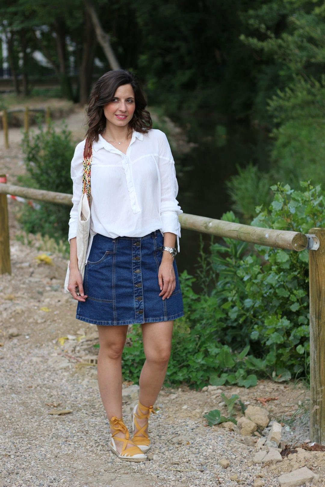 fashion blogger española con falda vaquera cintura alta y espardeñas - esparteñas- alpargatas lace up o espadrilles (8)