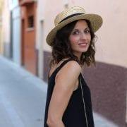 fashion blogger llevando sombreros de moda - sombrero canotier sombrero gondolero lace up sandals y shorts (16)