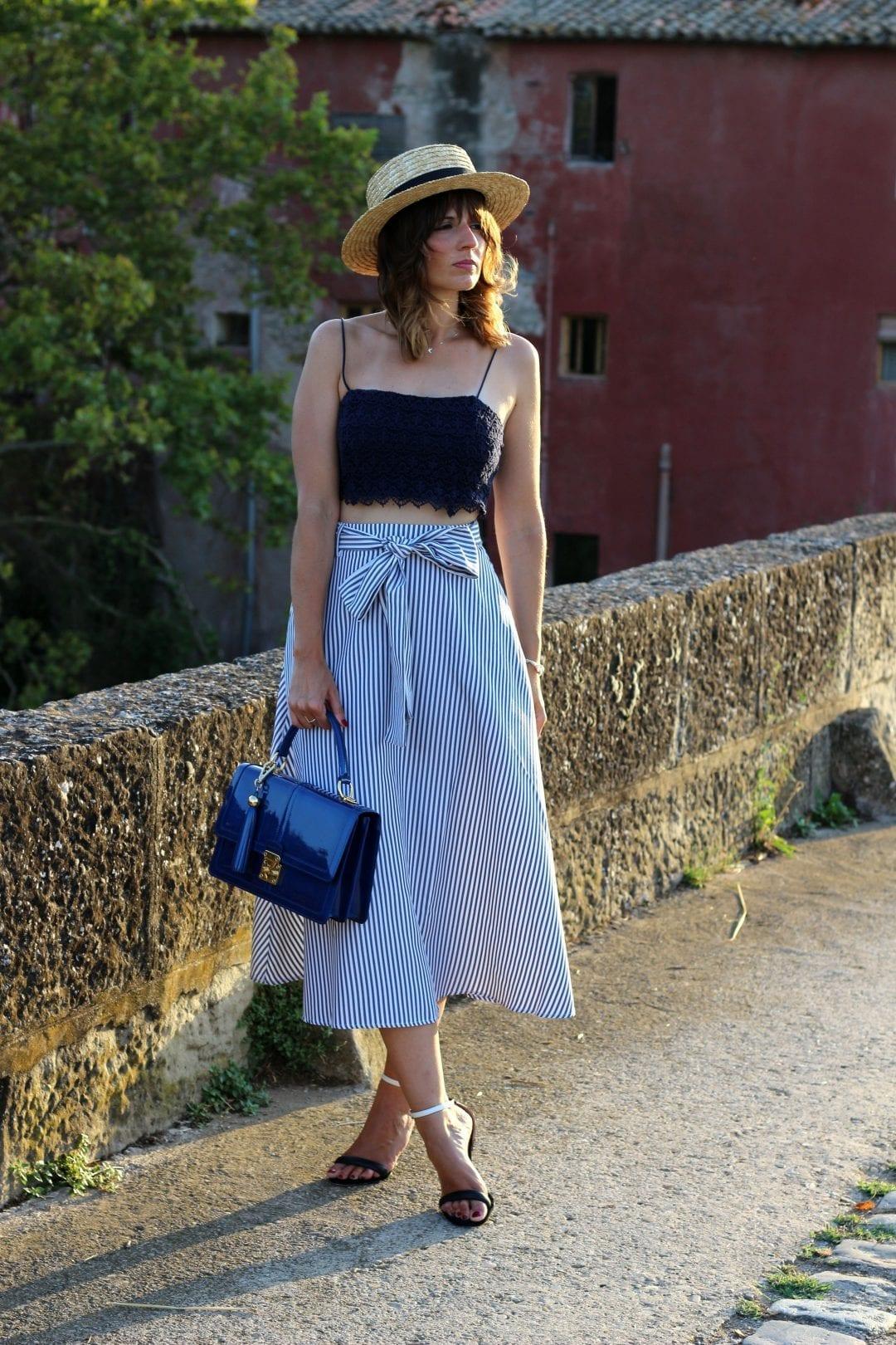 fashion blogger con falda SheinSide - sombrero canotier bolso azul barada bags