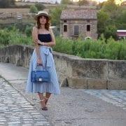 fashion blogger con falda midi  SheinSide - sombrero canotier  bolso azul barada bags (17)