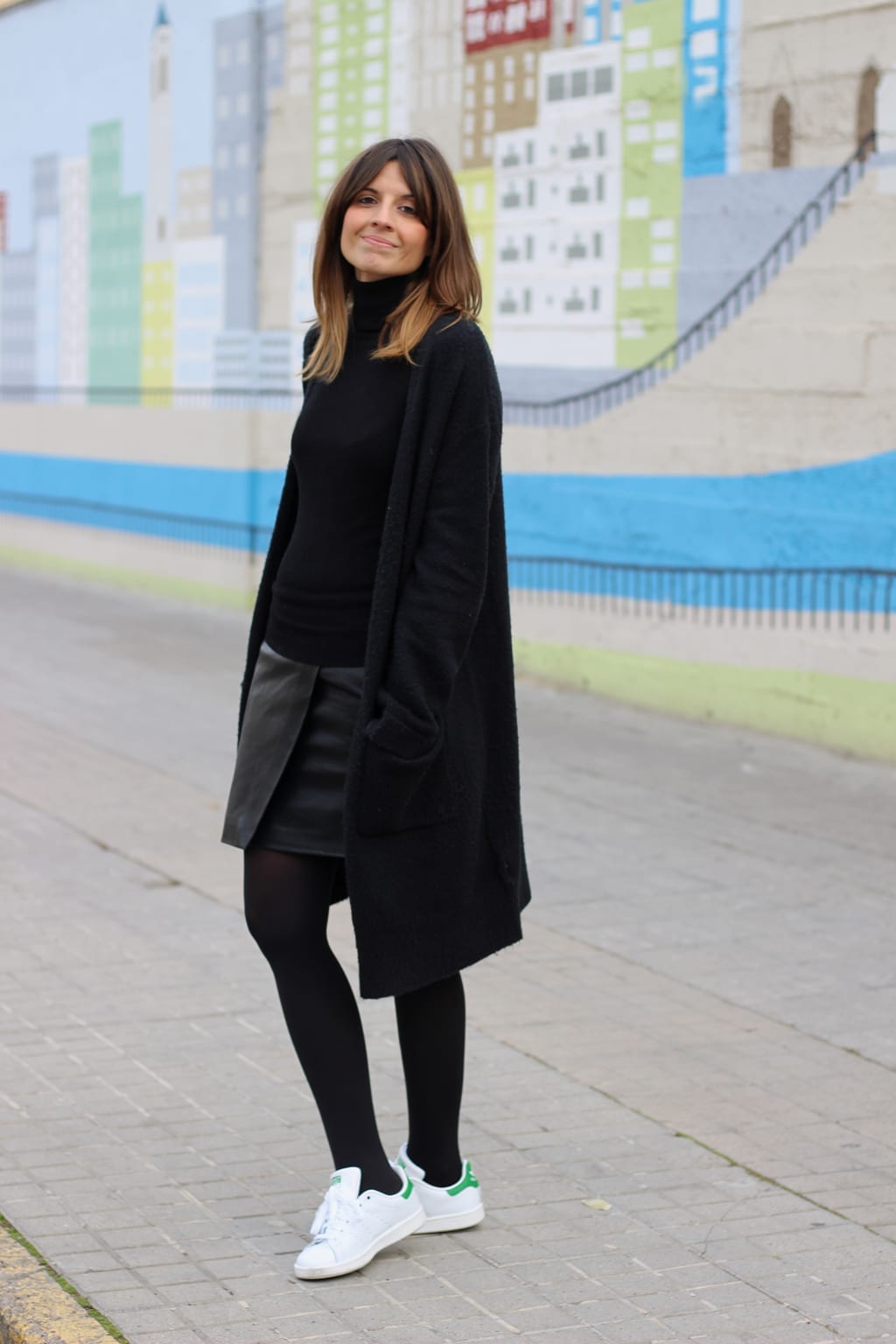 look con zapatillas blancas adidas mujer stan smith medias negras