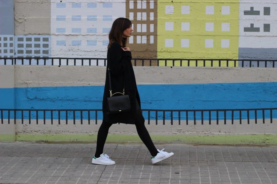 ook con zapatillas blancas adidas mujer stan smith medias negras